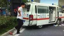 救护车开警报器闯红灯接病人 被私家车撞翻