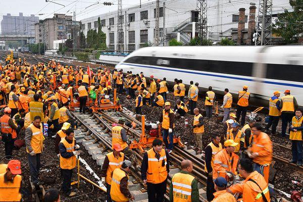 """直击郑州火车站更换木枕""""大手术"""" 将影响千余列车"""