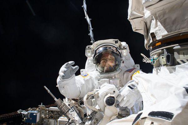 国际空间站两名宇航员进行首次太空行走 修理机械臂