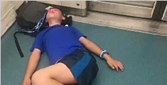 生无可恋!小学生躺地铁上念叨:再也没有假了
