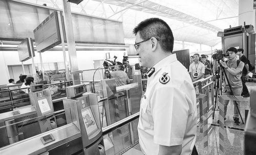 """香港机场推""""刷脸离境"""" 过程只需20秒"""