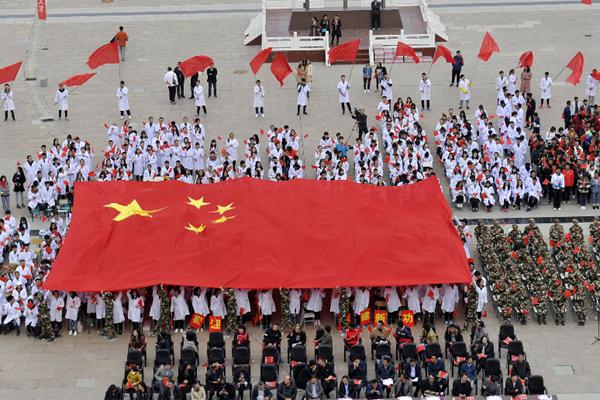 银川三千师生共同缝制巨幅国旗 喜迎十九大