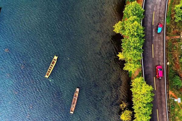航拍泸沽湖美景 水上泛舟秋色迷人