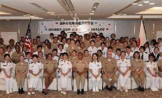 日本女自卫队员和美女兵交流经验