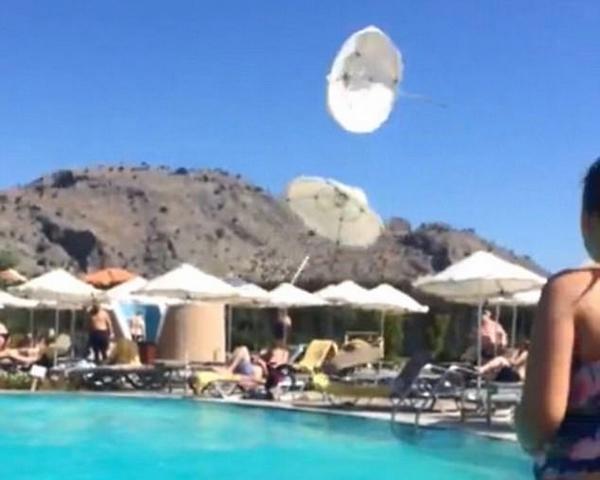实拍小型龙卷风突袭泳池 遮阳伞瞬间被吹翻