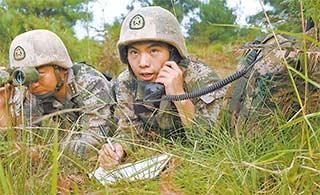 陆军士兵为空军引导地面目标