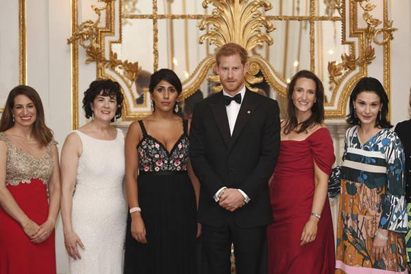 哈里王子受邀出席晚宴 获金融界美女簇拥