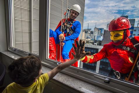 巴西男子扮超人与患儿高空互动