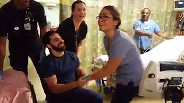 美男子假装花生过敏在急救室门口向护士女友求婚