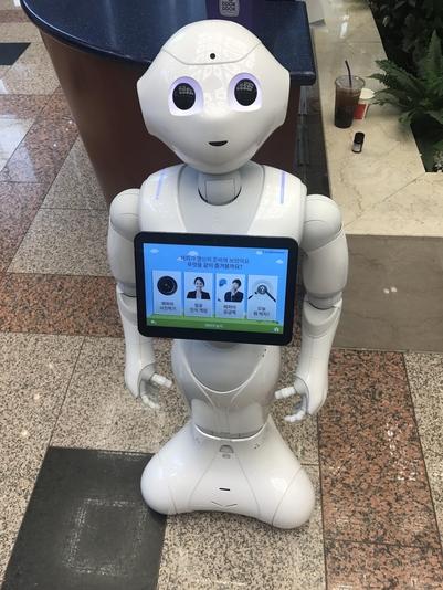 韩国首位机器人银行职员亮相 协助推荐金融商品