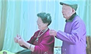网红奶奶带老年痴呆症老伴直播引爆网络