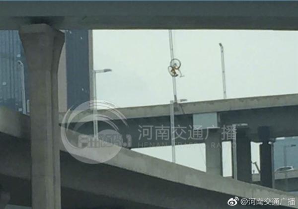 如何做到的?郑州OFO小黄车被挂在高架桥上