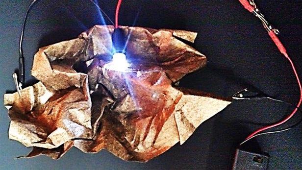 金属化纸张能被制成柔性、可折叠的超级电容器