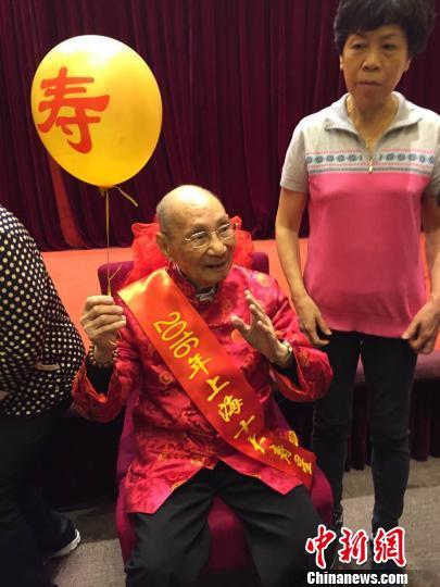 老龄化程度内地最高 上海全城热搜最美养老护理员