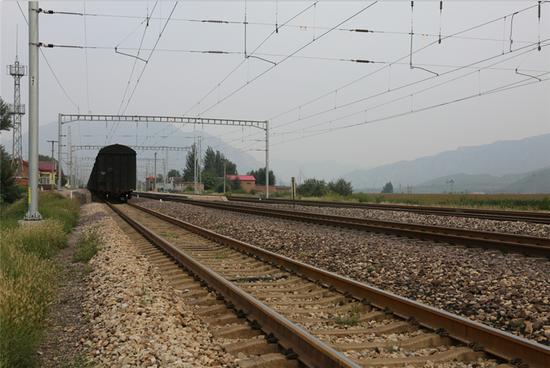 少年攀爬火车遭高压电电击坠伤 向铁路局索赔24万