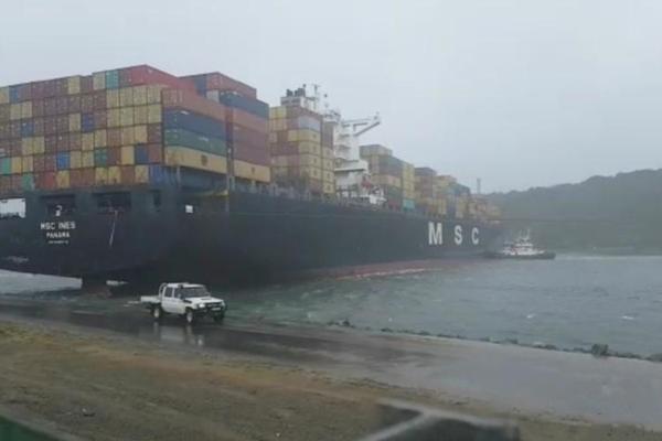 """狂风暴雨袭南非 巨型货轮被""""吹跑""""堵住港口"""