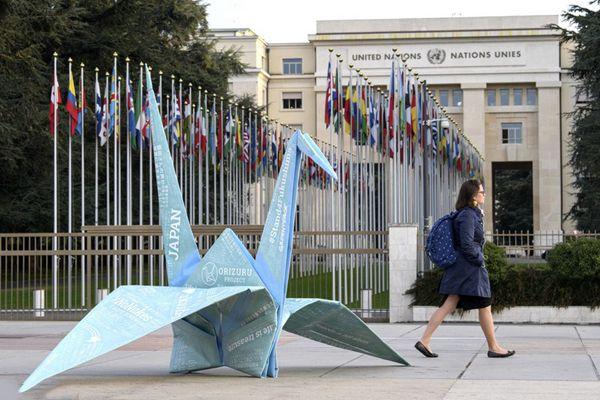 欧盟总部外现超大千纸鹤 声援福岛核事故受害者