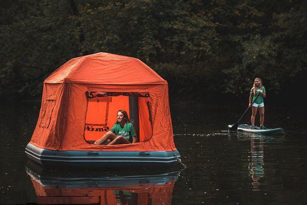 谁说露营只能在地面?水上帐篷问世让你躺在水面看星星