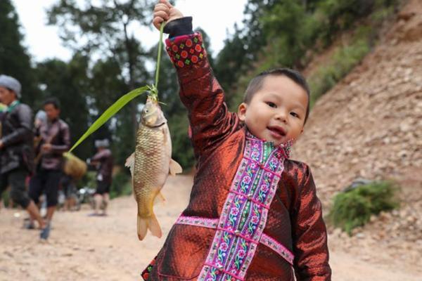 贵州苗族庆祝烧鱼节:祭鱼神祈丰收