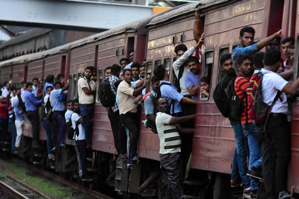 """斯里兰卡全国铁路大罢工  乘客""""挂火车""""人满为患"""