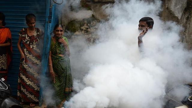 印度喷杀虫剂防登革热 民众烟雾中微笑
