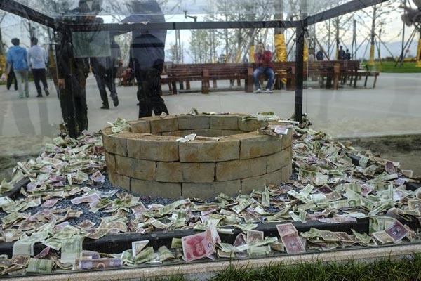西安汉代陶井砖被游客扔满钱