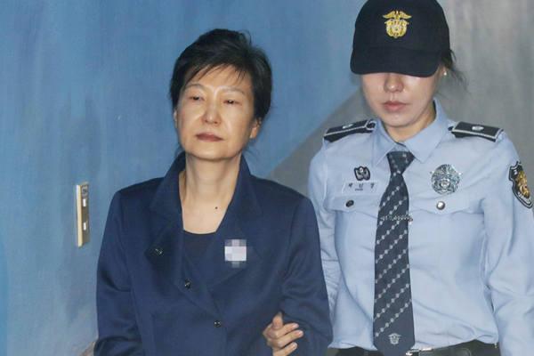 """朴槿惠迎来""""命运星期五"""" 出席公审面无表情"""