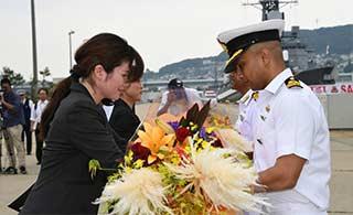 印两艘军舰抵日获得献花欢迎