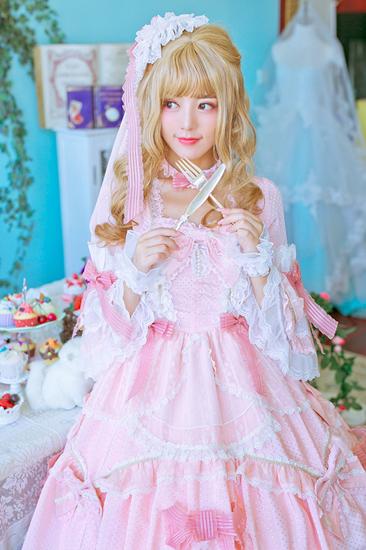 阿兰挑战萝莉少女洋裙 粉装雕饰宛若置身童话
