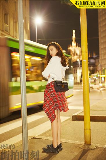 宋祖儿最新写真曝光 娇俏少女玩转复古红裙