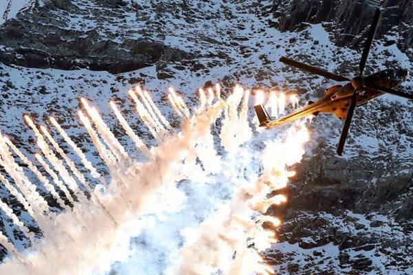 瑞士空军山区训练 发射照明弹好似焰火表演