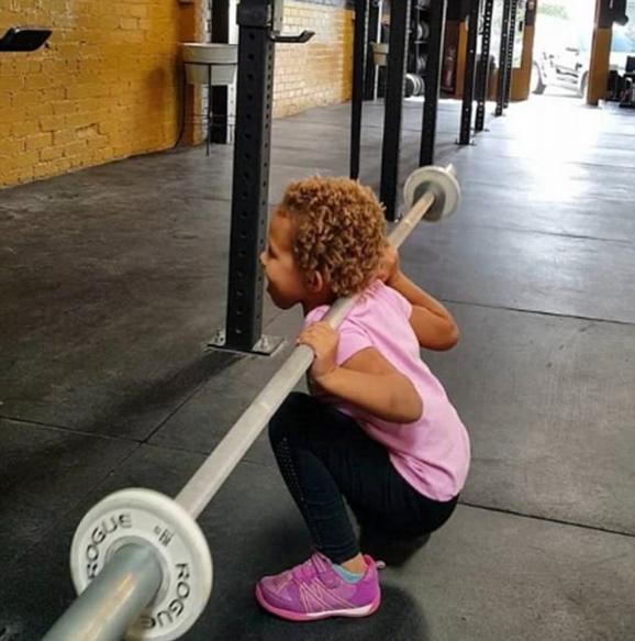 美4岁女童俯卧撑引体向上样样行展惊人运动天赋