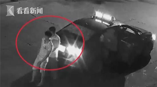 出租车司机扶醉酒乘客下车 却暗中掏走其钱包