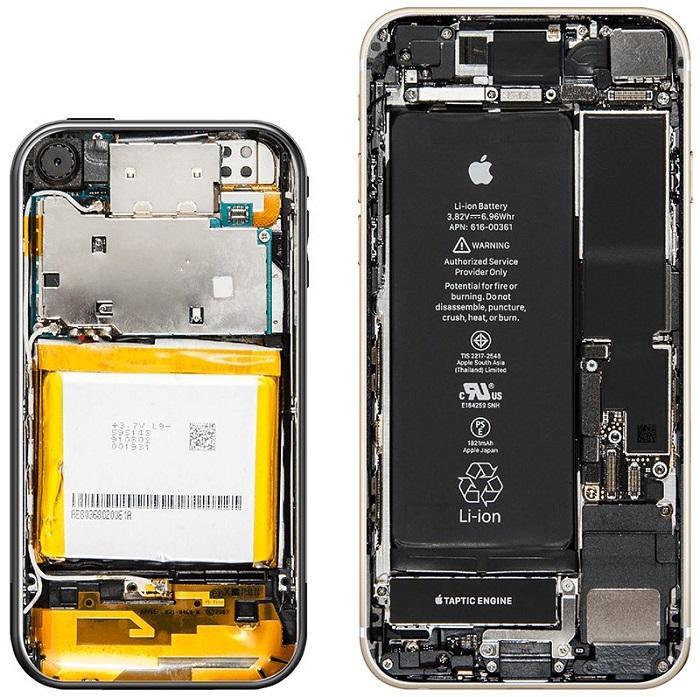 上图左为初代 iPhone,上图右为 iPhone 8 。(via:Bloomberg)   苹果表示,初代 iPhone 可提供 8 小时通话、6 小时 Web 浏览、7 小时视频 / 24 小时音频播放,但实际情况显然要逊色得多。   背面左上角,是一颗 200 万像素的摄像头,而且没有 LED 闪光灯的加持。以今天的标准来看,该机拍摄的照片也是模糊得不行。   在屏蔽罩的下方,是被降频到 412MHz 的 ARM11 单核处理器(PowerVR MBX Lite GPU)、128MB RAM +
