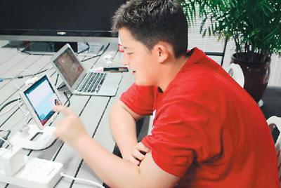 """中国侨网来自英国伦敦设计工程学校的""""小工程师""""体验呤呤语伴App  图片来源:环球网"""