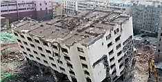 """济南一酒店拆除成""""楼坚强"""" 倾斜30°仍不倒塌"""