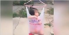 女童被装塑料袋挂晾衣绳