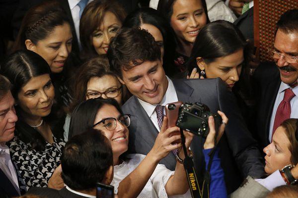 帅总理特鲁多现身墨西哥参议院演讲 获女议员簇拥合影人气