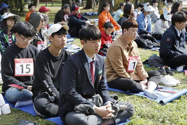 韩国首尔举办发呆比赛 参赛者放空自我