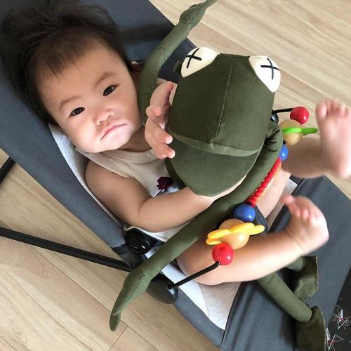 陈冠希晒娃停不下来,Alaia抱着青蛙太萌了!
