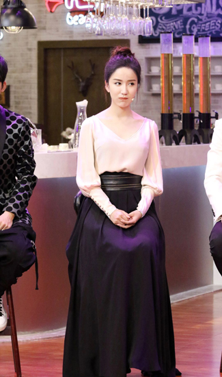 《天天向上》单元剧收官 娄艺潇造型优雅