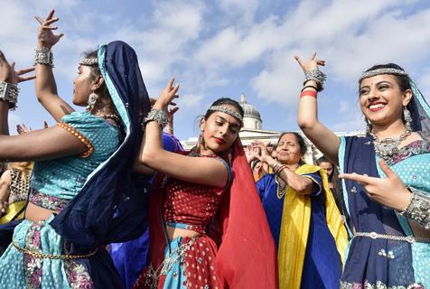 旅英印度民众盛装庆祝排灯节 载歌载舞