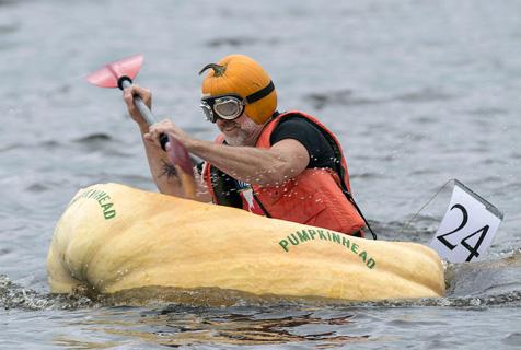 加拿大南瓜舟大赛 花样百出趣味横生