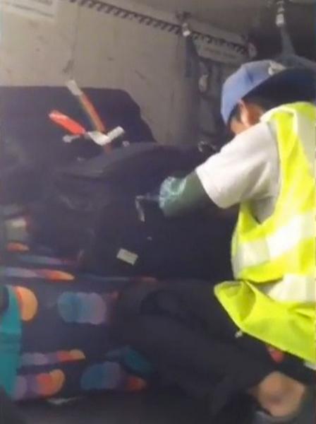 机场职员打开乘客行李箱偷窃引乘客担忧