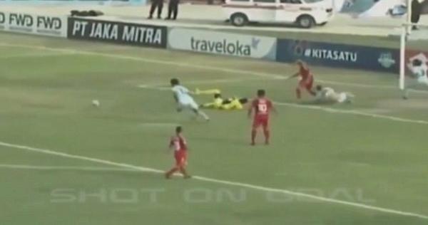 惨剧!印尼传奇门将比赛中与队友相撞不幸丧命