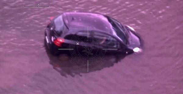 惊险!澳女子车沉河流命悬一线被警察救出