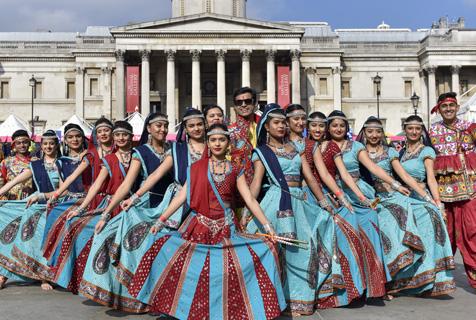旅英印度民众盛装庆祝排灯节