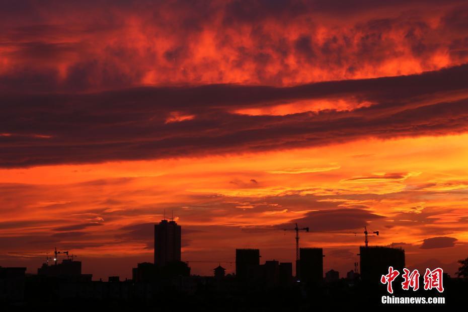 10月15日傍晚广西钦州现火烧云景观