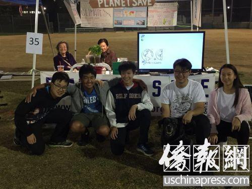 中国侨网天竺葵节结束前,Planet Save创办者(右起,Sabrina Yang,Stanley Lin,Spencer Lin)与小部分晚间参与活动的志愿者,后排坐阵的是孩子们的长辈。(《美国侨报》/记者 章宁摄)