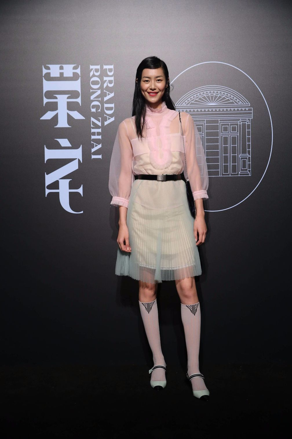 刘雯最新造型像极穿姨妈巾上身,网友:这衣服袜子鞋我都喜欢不来